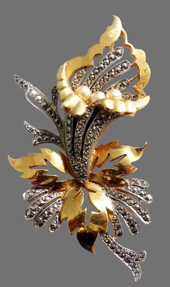 Gold plated flower brooch. Faux pearls, marcasites. 1950s