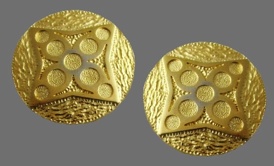 Textured round clip on earrings 1980s, geometric patterns and circles in the center