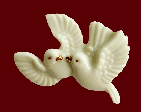 A couple of doves brooch. Porcelain, 24К gold. 4,5 cm. Early 1990s