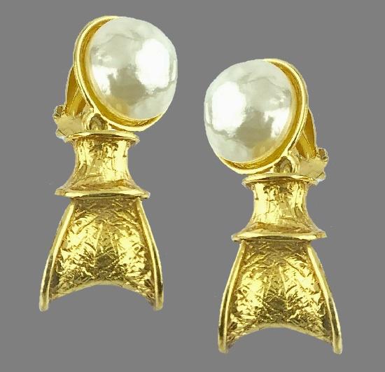 A pair of dangle earrings. Pearl, gold tone metal