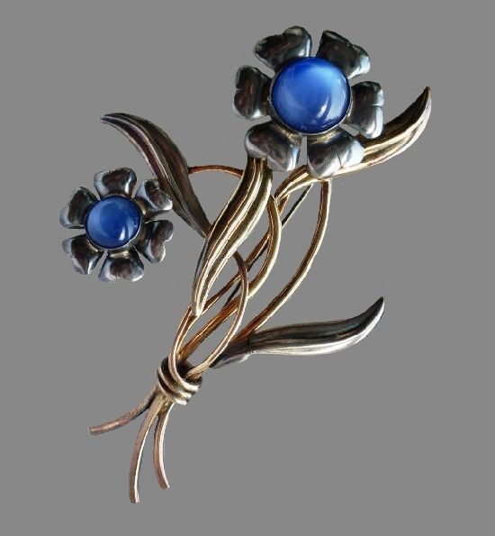 Blue violets silver tone brooch, before 1950s. 925 silver, lucite. 9 cm
