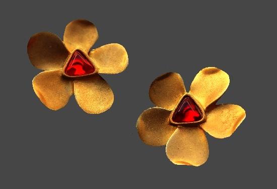 Flower cips. Matte gold tone, lucite. 3.5 cm. 1990s