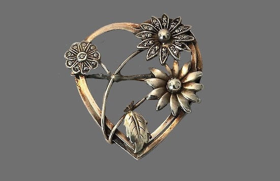 Daisy heart pin of silver tone