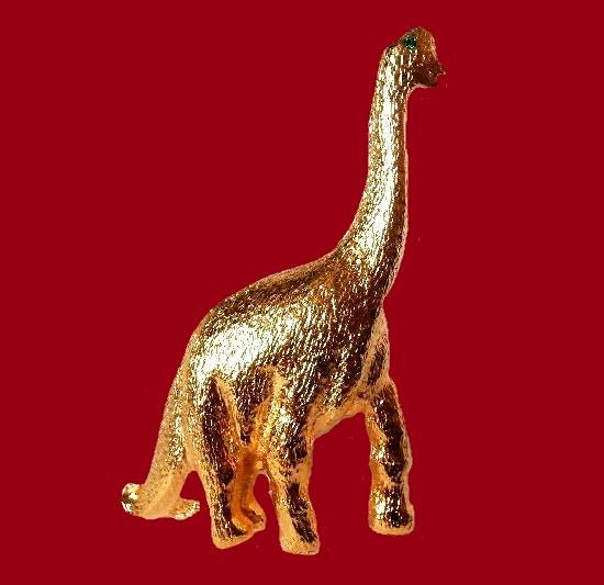 Dinosaurus brooch pin. Gold plated, emerald green crystal eyes. 1980s