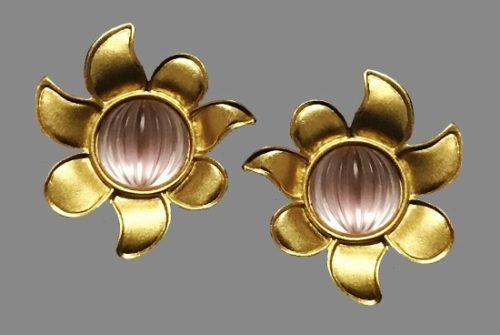 Flower earrings. Pink glass cabochon, gold tone metal