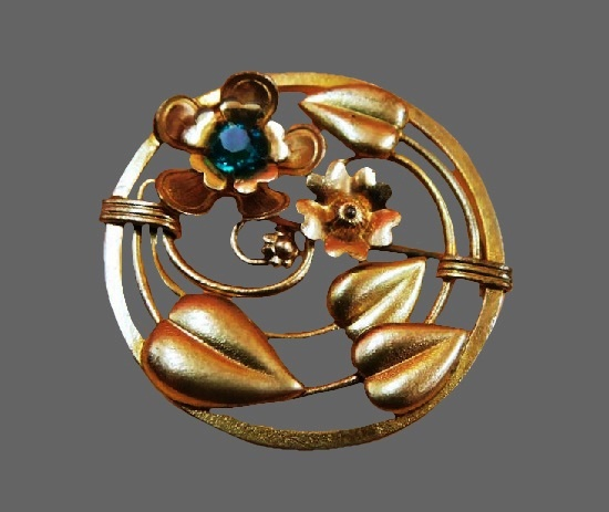 Flower leaves round shaped brooch. 10 K gold filled, crystal. 1980s