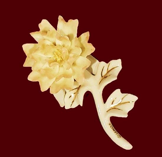 Peony brooch. 24K gold, porcelain