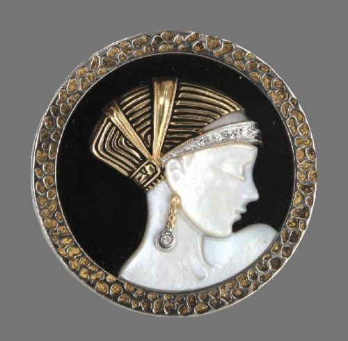 Round brooch. 14 K gold plated, diamonds, onyx, ruby, mother of pearl. 4,3 cm