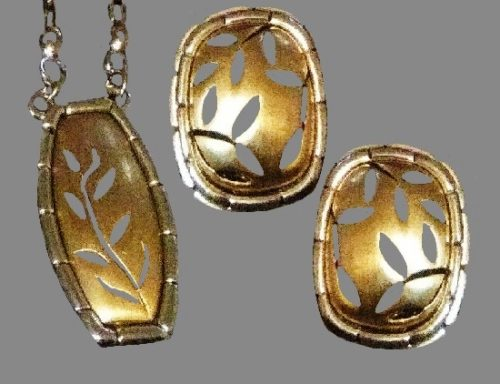 Set of earrings and necklace. Leaf pattern, gold tone metal