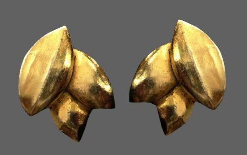 Three-leaf earrings of gold tone