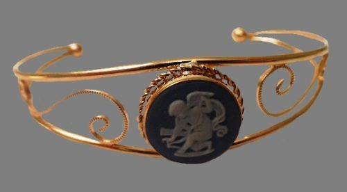 'Cupid is about to shoot' cameo and a beautiful frame by Van Dell in 12K gold. signature 'Wedgwood Made in England', framed by a bracelet signature Van Dell 12KGF