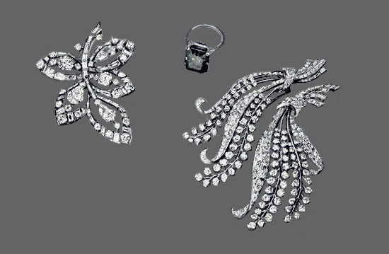 Five rose leaves of diamond with two round and three pear shaped diamonds. Sapphire platinum diamond ring 16.72 carats. Diamond wheat clip