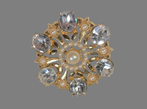 Gold plated faux pearls crystals vintage brooch. 4 cm