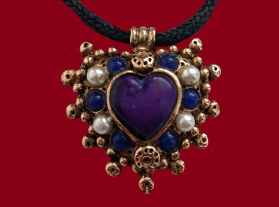 Heart pendant. Jewelry alloy, faux pearls, plastic beads. 2,5 cm. 1980s
