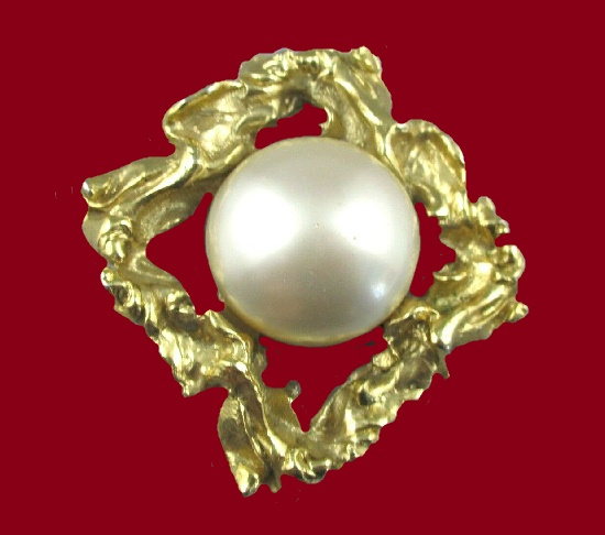 Large pearl gold plated brooch