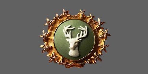 Red deer Wedgwood Jasperware brooch, England 1950. Biscuit porcelain, stucco molding, gilded brass. 3.5 cm