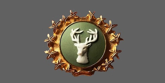 Red deer Wedgwood Jasperware brooch, England 1950. Biscuit porcelain, stucco molding, gilded brass. 3.5 cm
