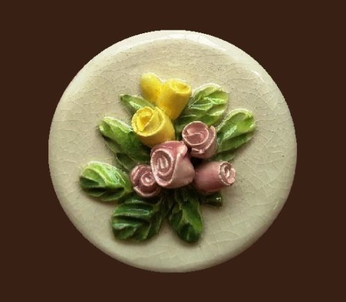 Round brooch with flower bass relief. 4,4 cm. 1950s