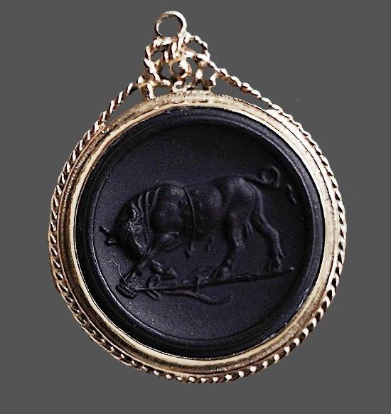 Taurus pendant, silver, England, 1978. Jasperware, biscuit porcelain, stucco molding, black basalt