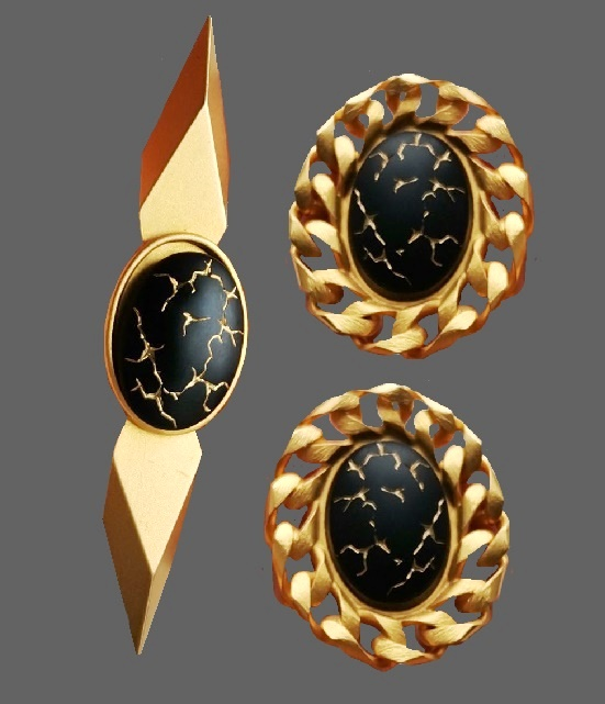 Gold tone black plastic set of brooch and clips. Brooch 9 cm, clips 4,5 cm. 1980s