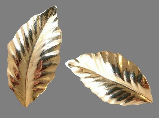 Leaf gold tone earrings. 1980s