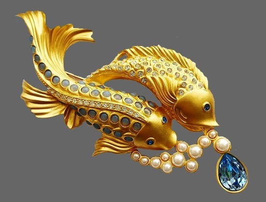 Sea shimmer collection. Fish brooch. Gold tone metal, faux pearls, crystals, cabochon. 1980s