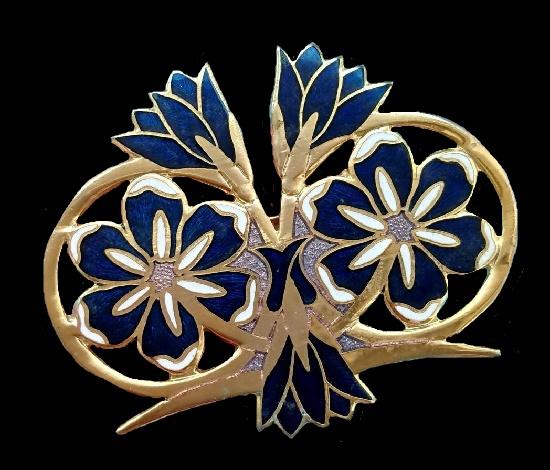 Victory brooch. Gold tone metal, enamel. 4.5 cm, 1970s