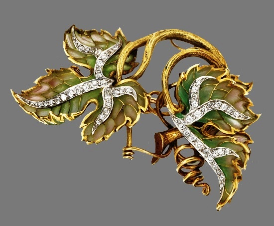 Double-leaf brooch. Green plique-à-jour enamel, diamonds, 18 karat gold and platinum, circa 1900
