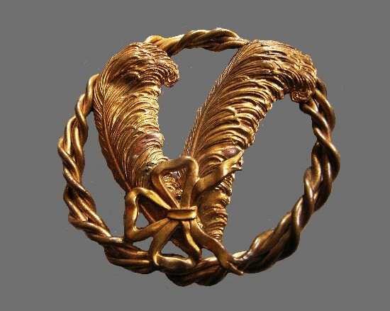 Feather and bow in a wreath brooch of gold tone