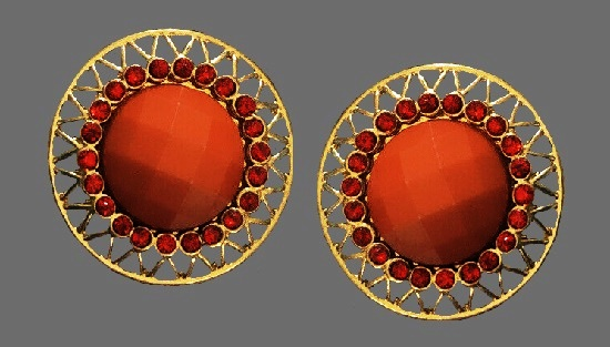 Filigree round shaped earrings. Gold tone, faux coral
