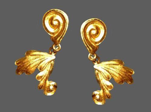 Matte gold tone metal, clip on earrings. 5 cm. 1970s