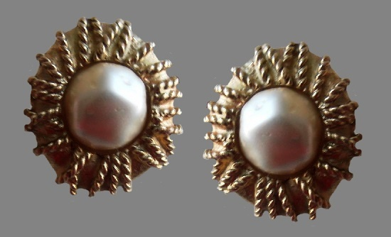 Pearl clips. Gold tone metal, faux pearl. 2,4 cm, 1960s