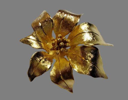 Poinsettia brooch. Gold tone metal, 5 cm. 1980s