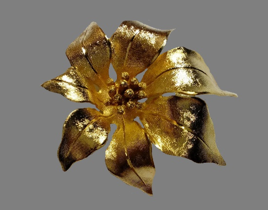 Poinsettia brooch. Gold tone metal, 5 cm. 1980s