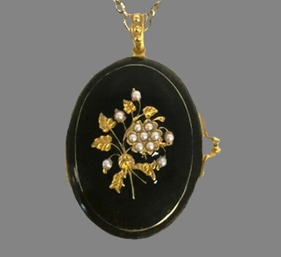 Vermeil and pearl flower locket. Gold tone metal