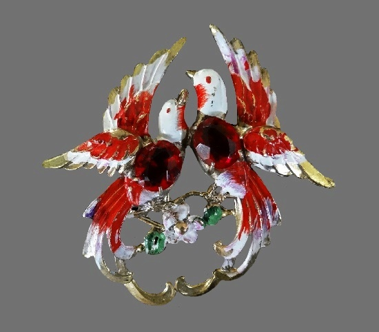 A couple of birds brooch. Gold tone metal, enamel, rhinestones