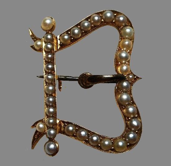 Buckle motif brooch. 14 K gold, seed pearl