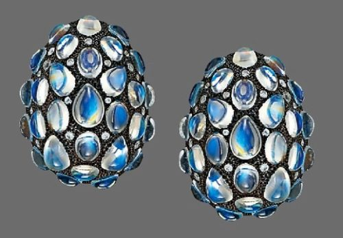 Cabochon moonstone earclips. 18 K gold, brilliant-cut diamonds, 3.4cm wide