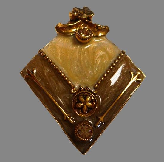 Classic design romb shaped pin. Gold tone metal, resin, enamel