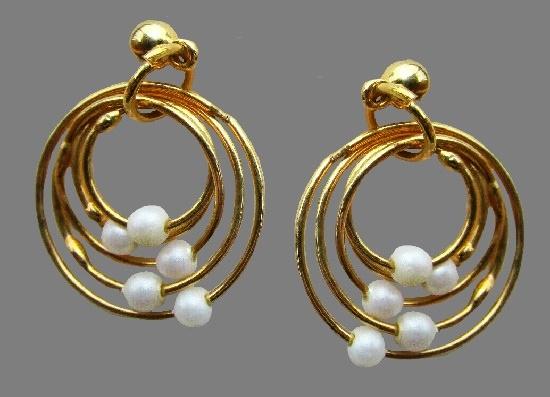 Dangle ring earrings of gold tone