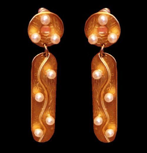 Drop dangle pierced earrings. Gold tone, pearls