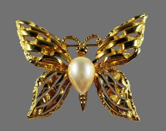 Faux pearl gold t metal butterfly brooch