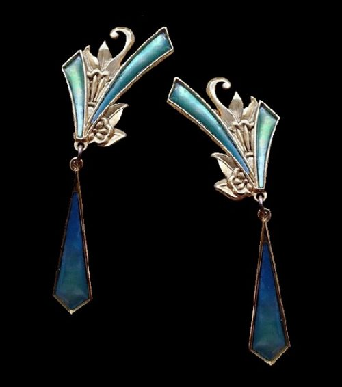Gold alloy jewelry earrings decorated with abalone inserts. 6.5 x 1.8 cm