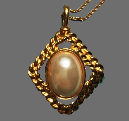 Gold tone pendant with faux pearl. 1970s. 4,5 cm