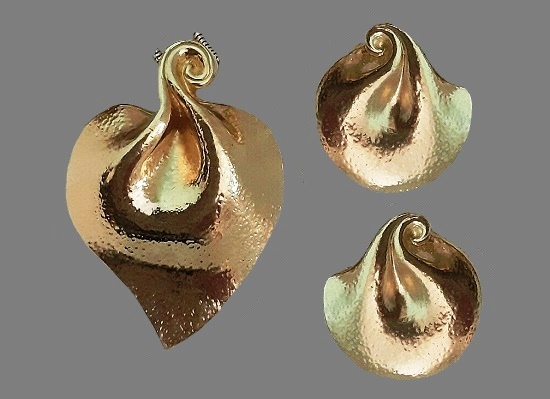 Leaf Pendant and clips of gold tone