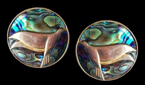 Seal round shaped earrings. Silver tone, abalone