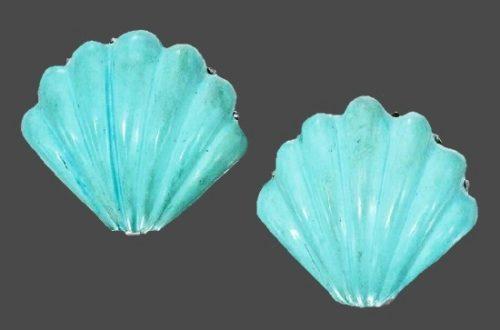 Seashell shaped turquoise earclips