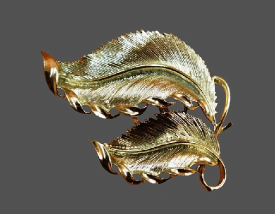 Double leaf brooch. Silver tone textured metal. 6.5 cm. 1960s