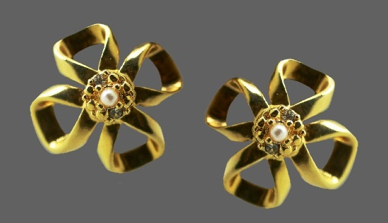 Bow flower shaped clip on earrings. Gold tone metal, clear rhinestone, faux pearl
