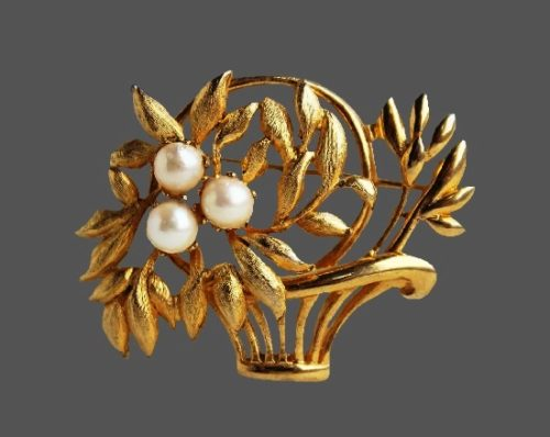 Basket of flowers gold tone faux pearls brooch. 4 cm. 1940s